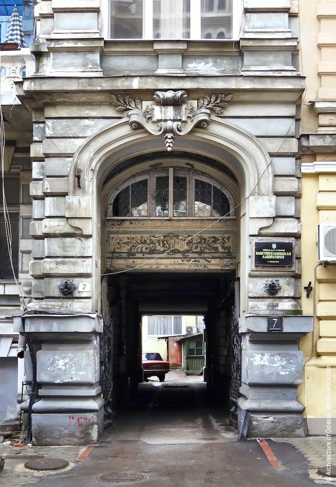 Правосторонний проем, играющий роль портала арки проезда