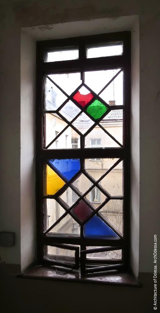 Верхнее витражное окно, общий вид из подъезда
