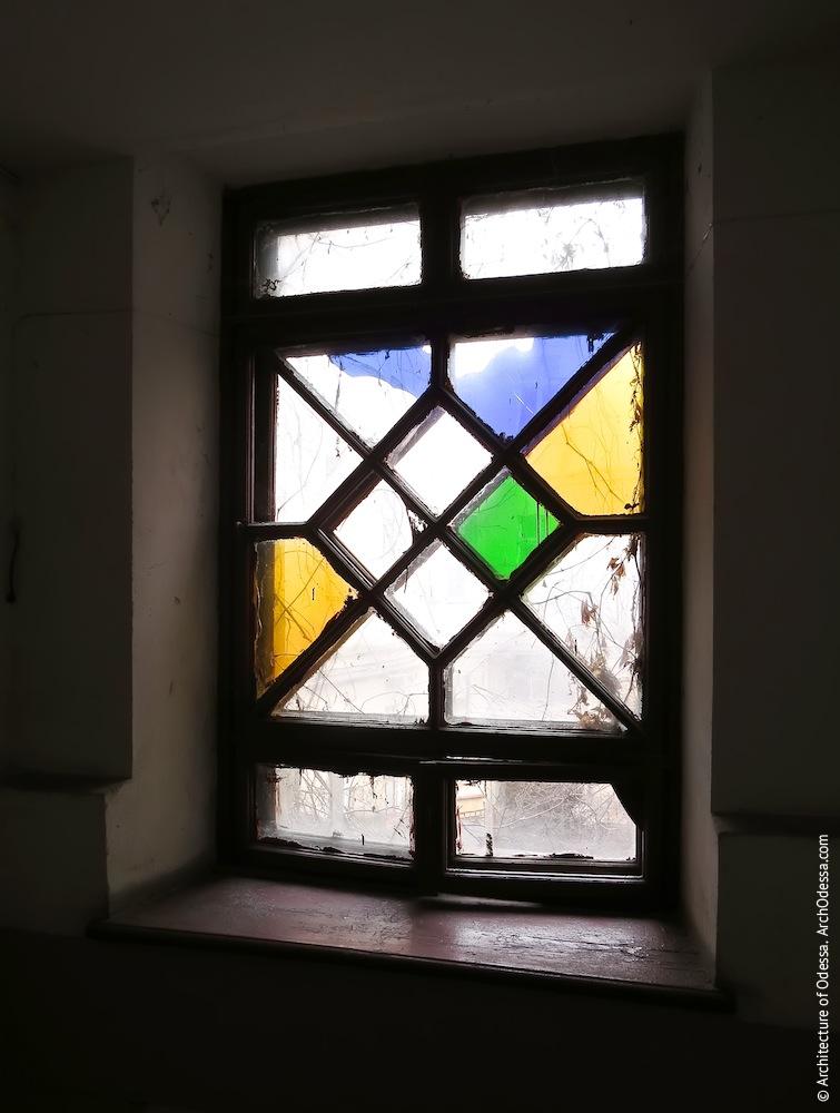 Нижнее витражное окно