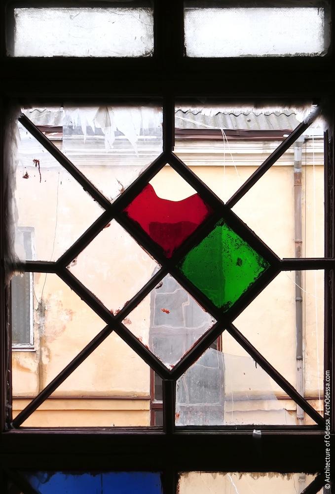 Верхнее витражное окно, фрагмент