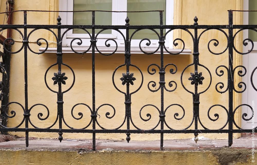 Фрагмент балконного ограждения (аналогичные встречаются во дворах домов по Маразлиевской №2 и №4)
