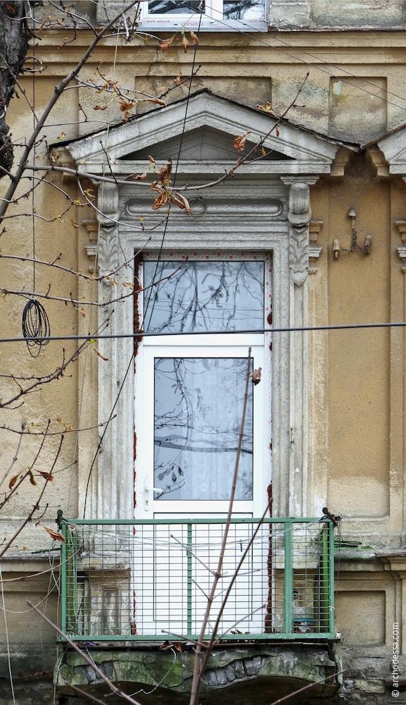 Балконні двері з трикутним сандриком (з боку Італійського бульвару)