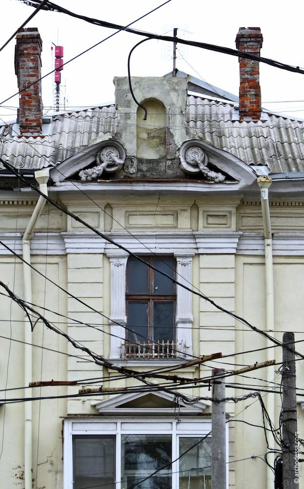 Загальний вигляд верхньої частини ризаліта і фронтон (з боку Італійського бульвару)