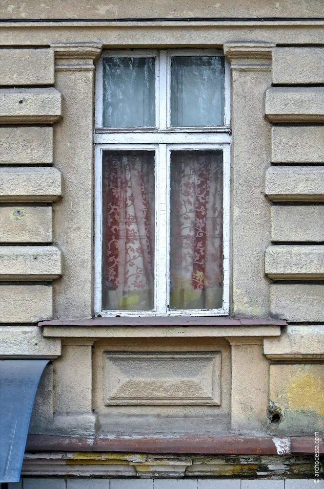 Вікно з фланкуючими пілястрами