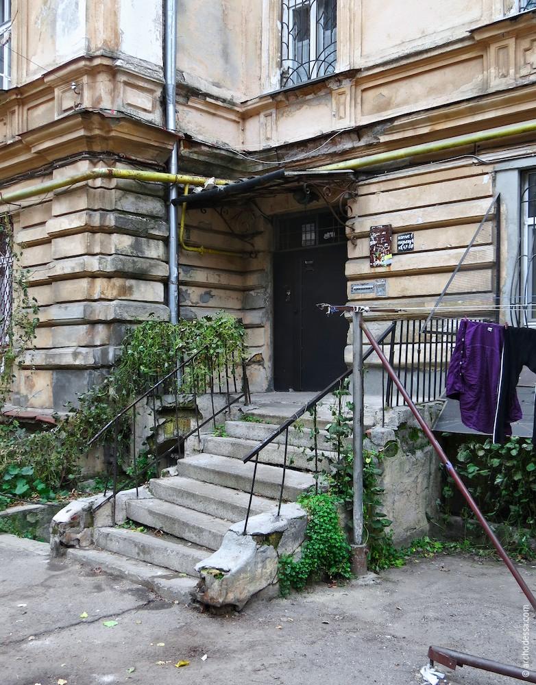 Один з входів з боку двору