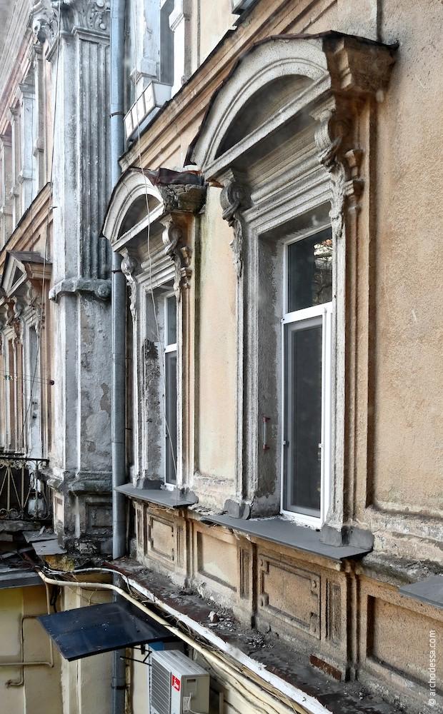 Вікна (з боку Італійського бульвару)
