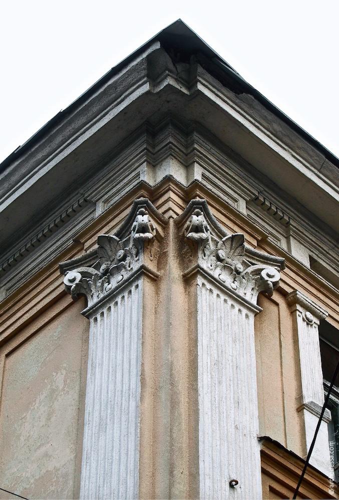 Композиція двох капітелей на розі