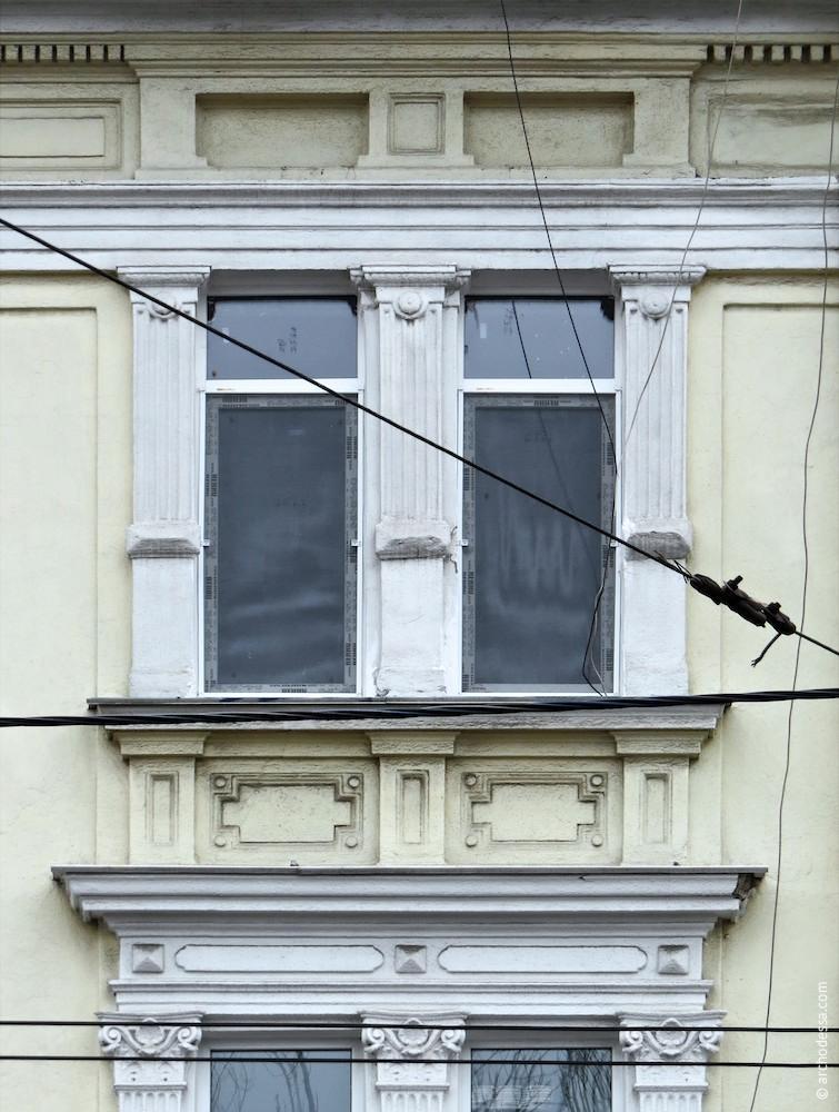 Здвоєні вікна (з боку Італійського бульвару)