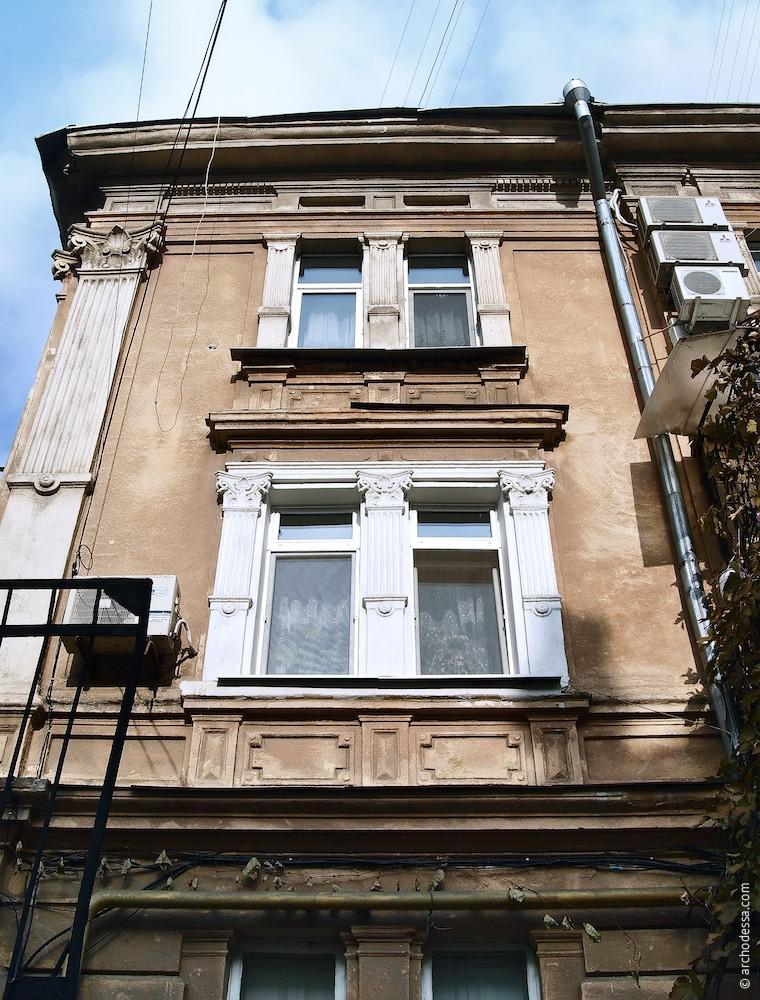 Віконна вісь (вид знизу вгору), з боку корпусу 3