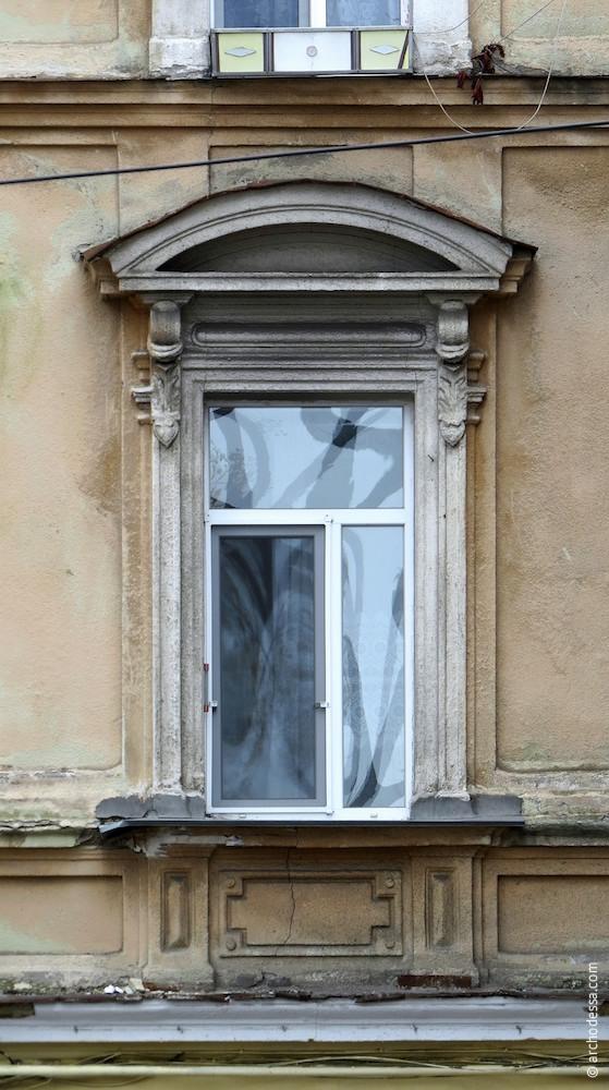 Вікно з напівкруглим сандриком