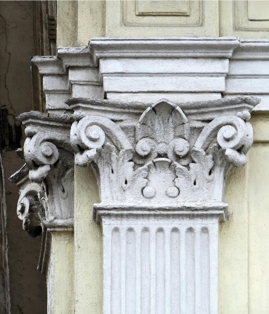 Капітель (чоловий фасад)