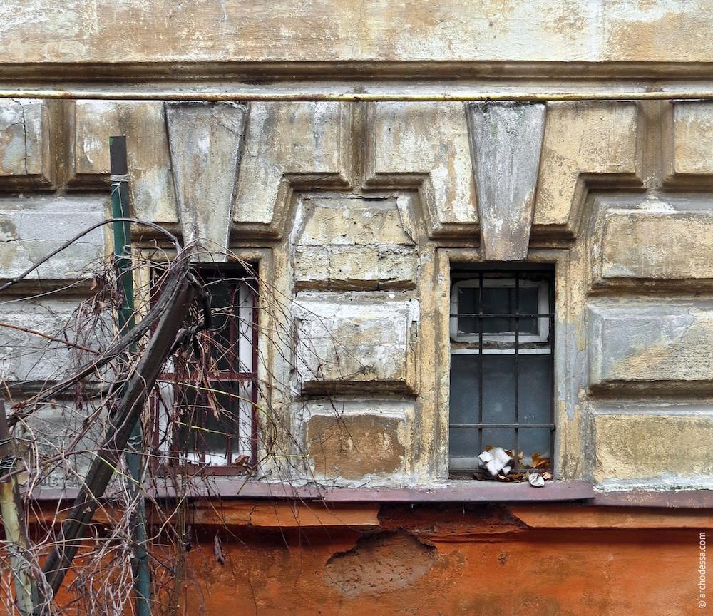Руст, обрамляющий проёмы окон технических помещений (торцевой фасад)