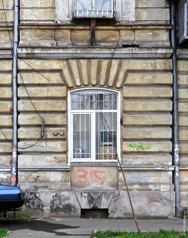 Нижняя часть одного из ризалитов по Итальянскому бульвару