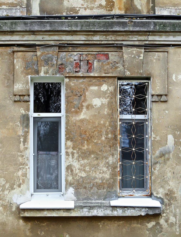 Windows with a uniting dripstone