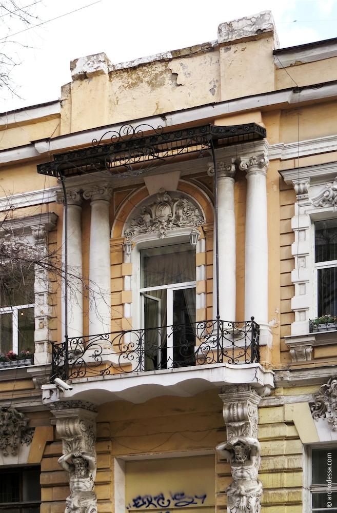 Общая композиция балкона, козырька и колонн