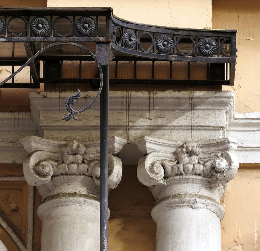 Капители колонн и фрагмент козырька