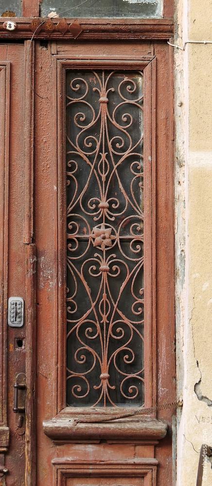 Дверь лестничной клетки, решетка остекленного проема