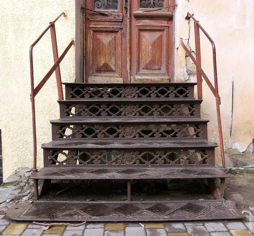 Лестница перед входом, над карманом полуподвала