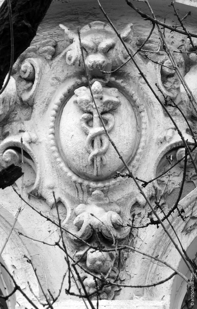 Центральная часть филенки и картуш с изображением жезла Меркурия