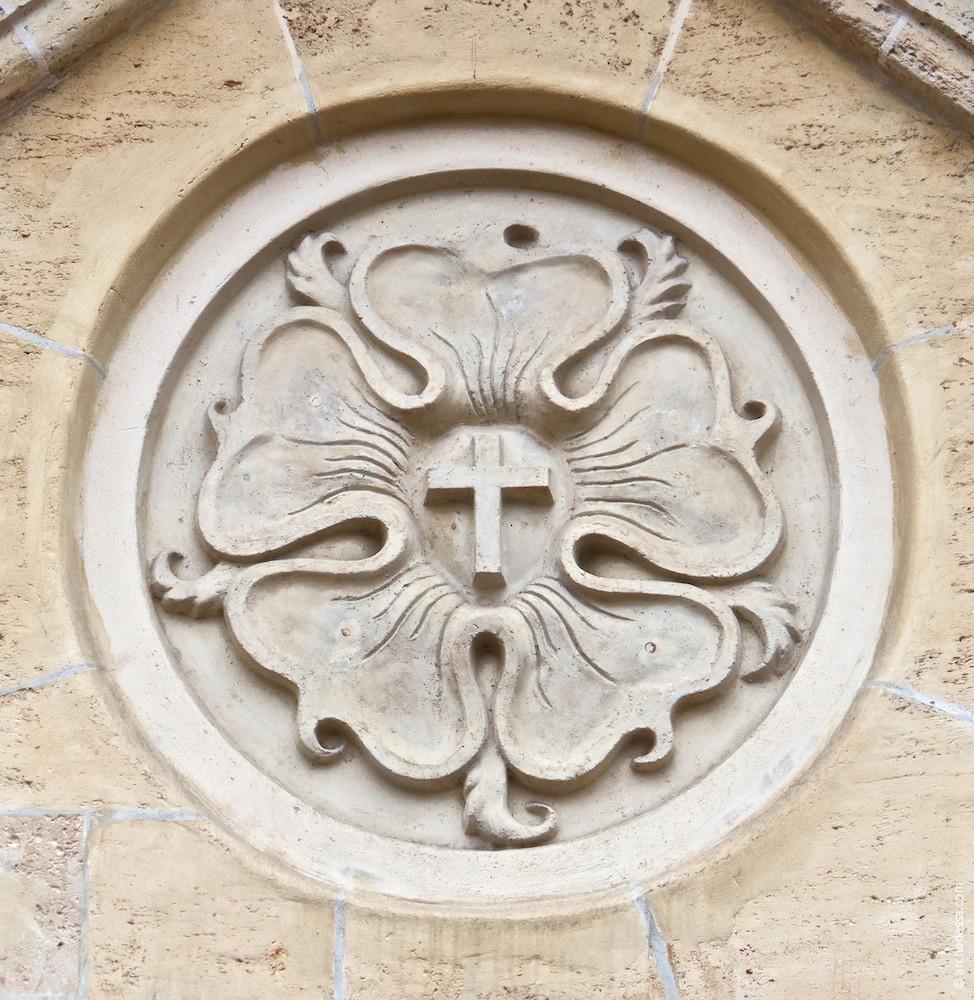 Right-side portal, medallion