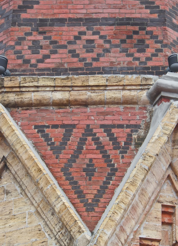 Original tile masonry of the hipped roof