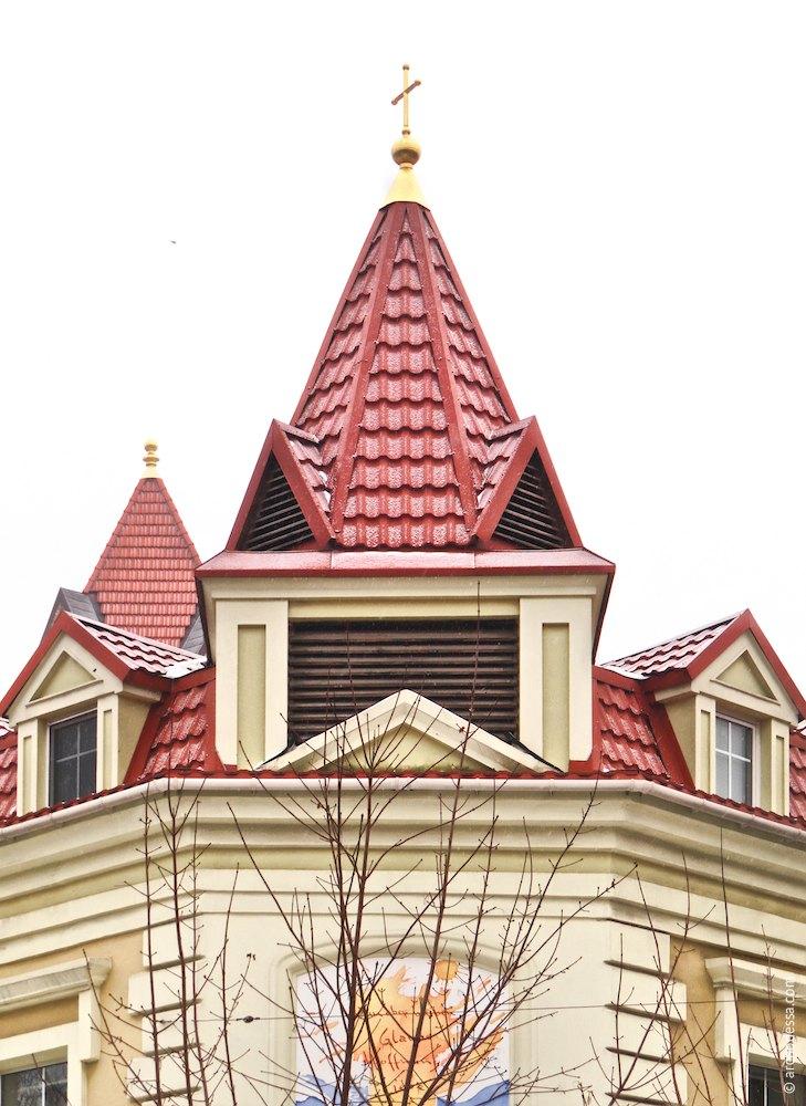 Угловой шатер, появившийся при реставрации и обогативший силуэт здания
