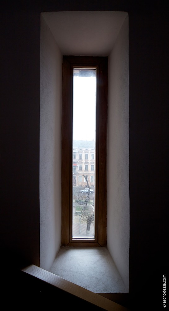Staircase window aperture