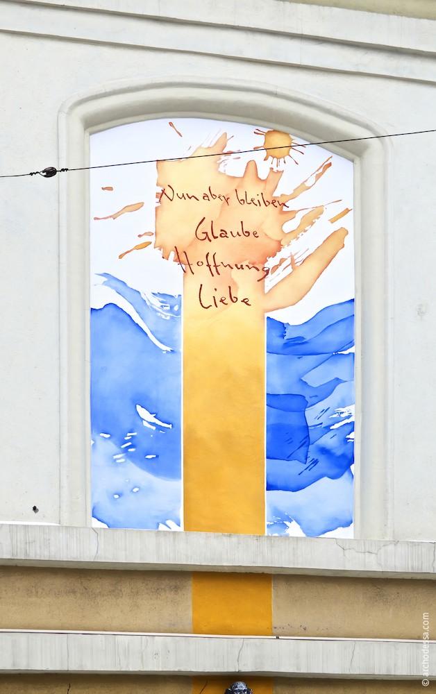 Роспись на угловой части здания (автор Т. Каммерер)