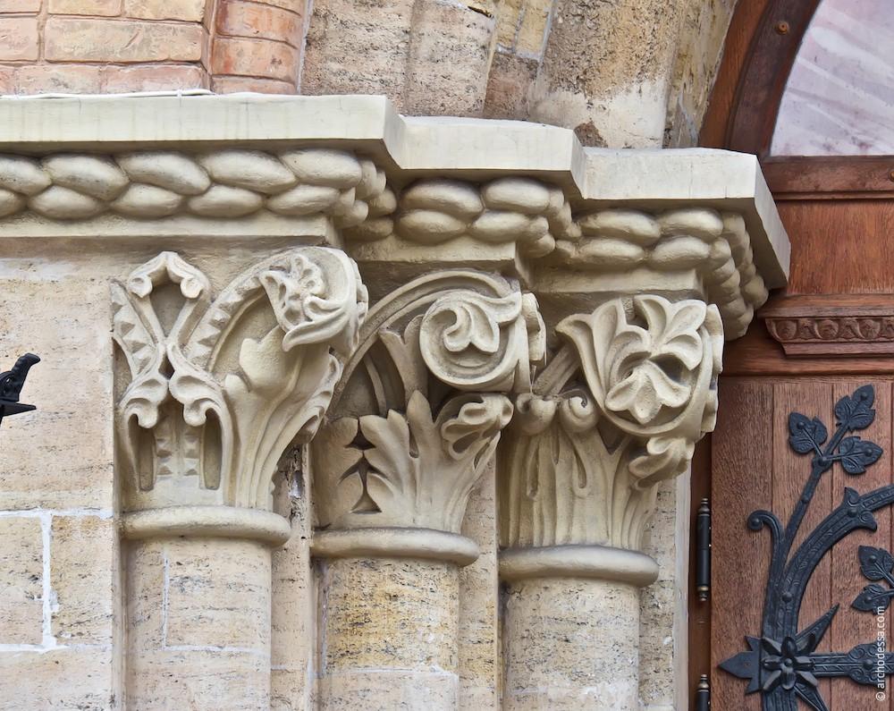 Triple semi columns capitals