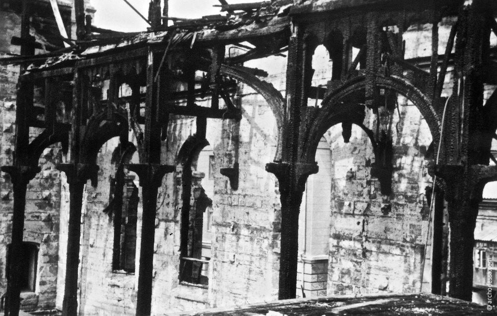 Обугленные при пожаре столбы и балки зала