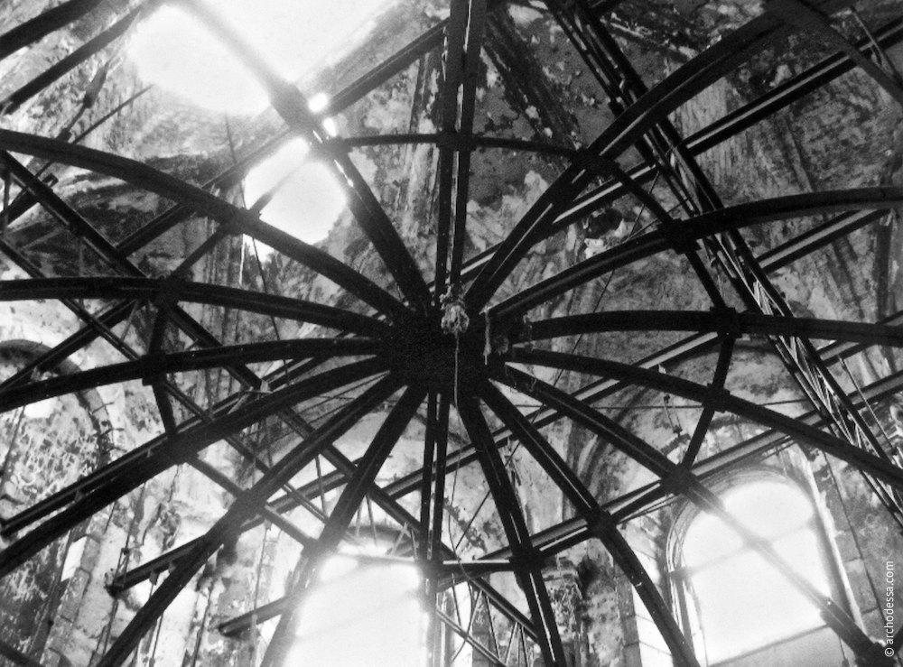 Стабилизирующая стальная конструкция в апсиде