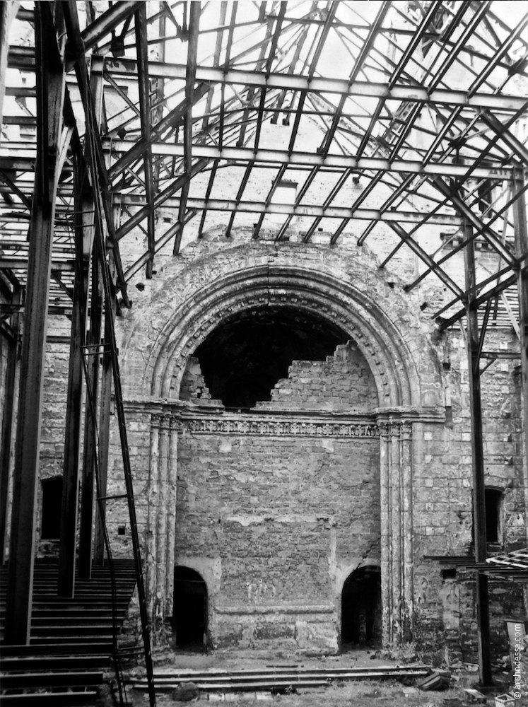 Интерьер церкви, вид на заложенную апсиду, 1989 год.