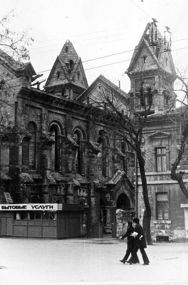 Правосторонний боковой фасад и башни алтарной части, фото рубежа 1970-х и 1980-х годов (фотограф Н. Дуценко)