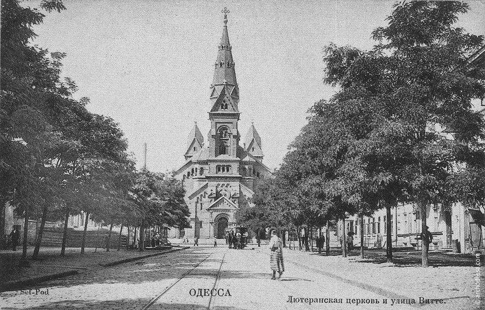 Наиболее популярный у издателей открыток вид, главный фасад в перспективе улицы Дворянской