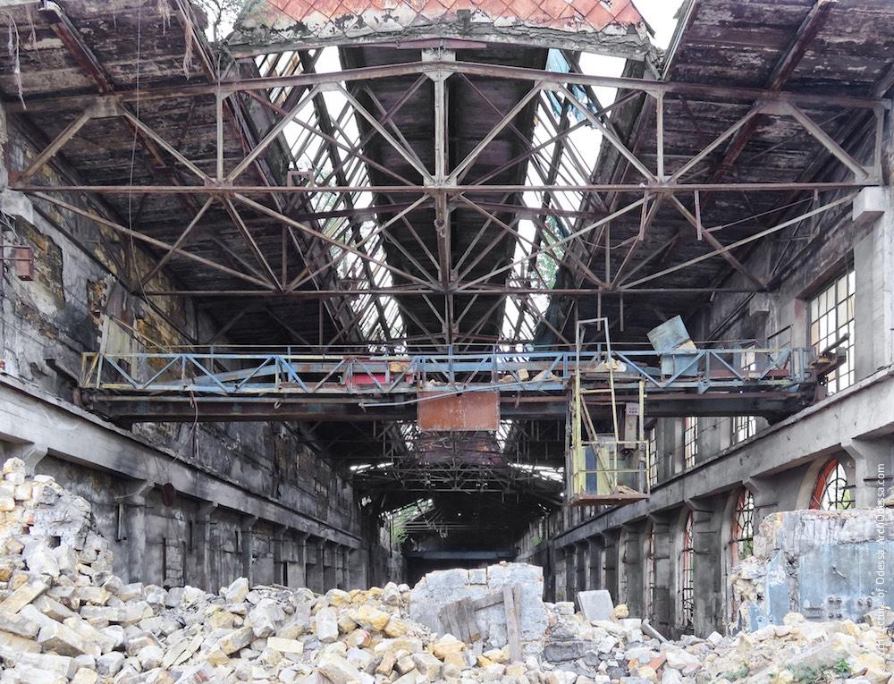 Лівобічний корпус після обвалення сусідньої будівлі, кран-балка