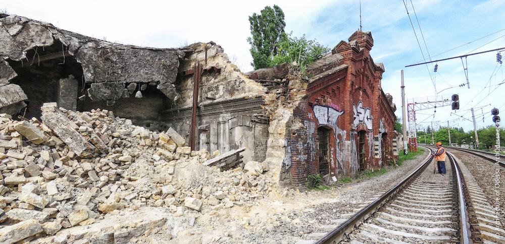 Цегляна будівля на повороті колії до станції Одеса–Мала, загальний вигляд після знесення сусідніх корпусів (фото зроблено 21 травня 2015 р.)