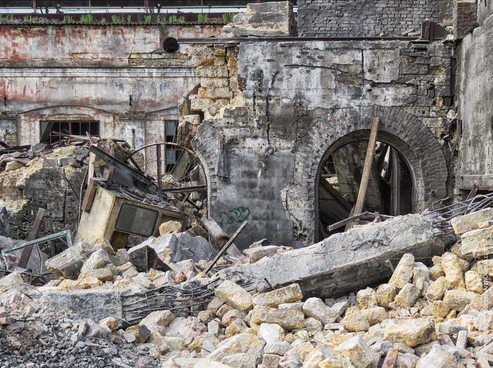 Правобічний корпус, залишки після знесення (фото зроблено 21 травня 2015 р.), фрагмент тильної стіни