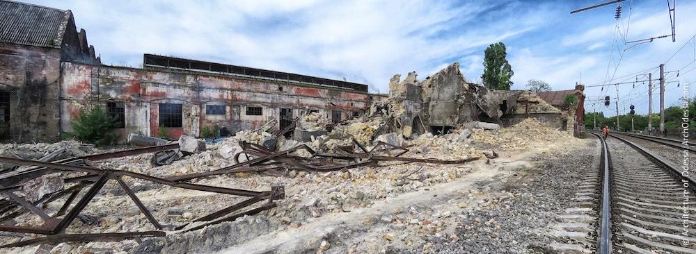 Правобічний корпус, залишки після знесення (фото зроблено 21 травня 2015 р.), позаду видно вагонний цех