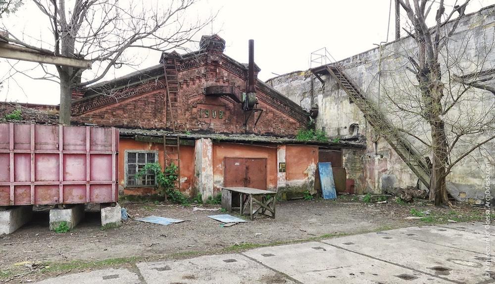 Цегляна будівля на повороті колії до станції Одеса–Мала, тильний фасад