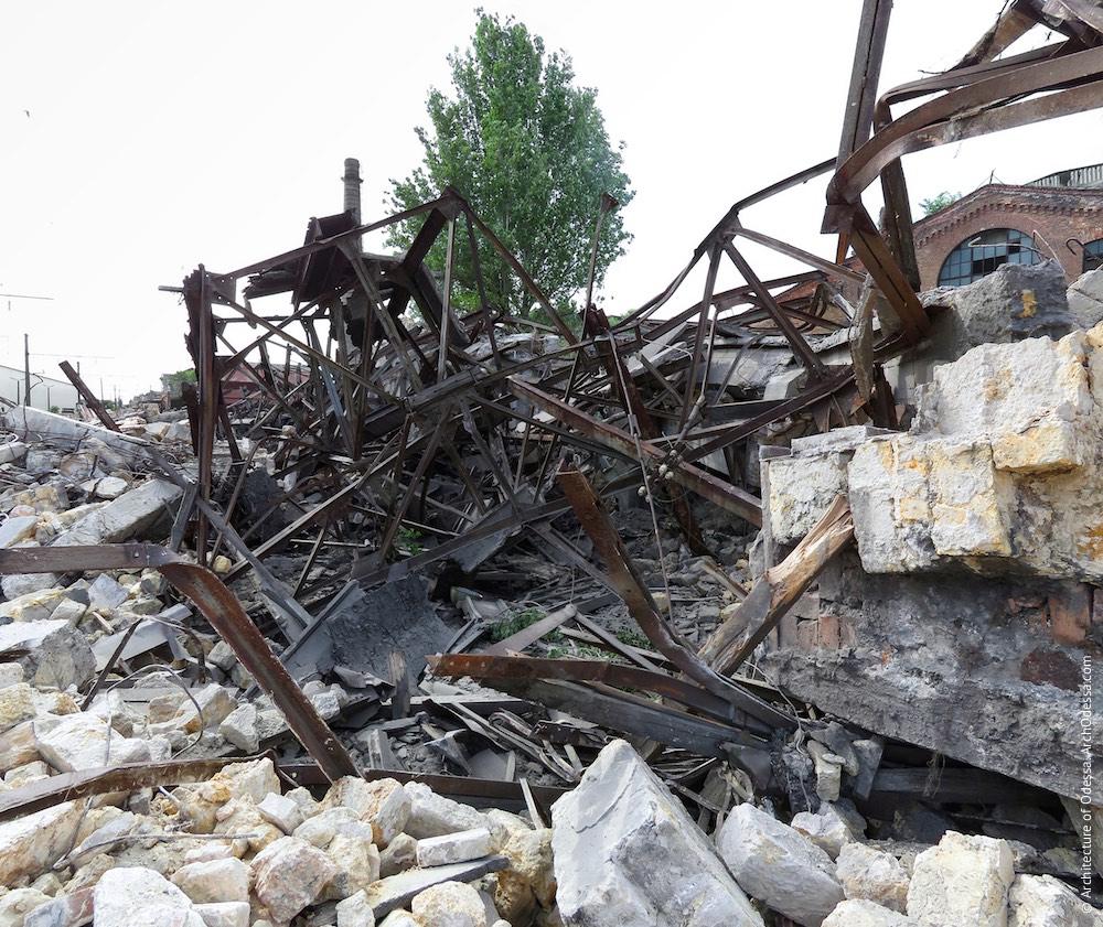 Лівобічний корпус, залишки після знесення (фото зроблено 21 травня 2015 р.)