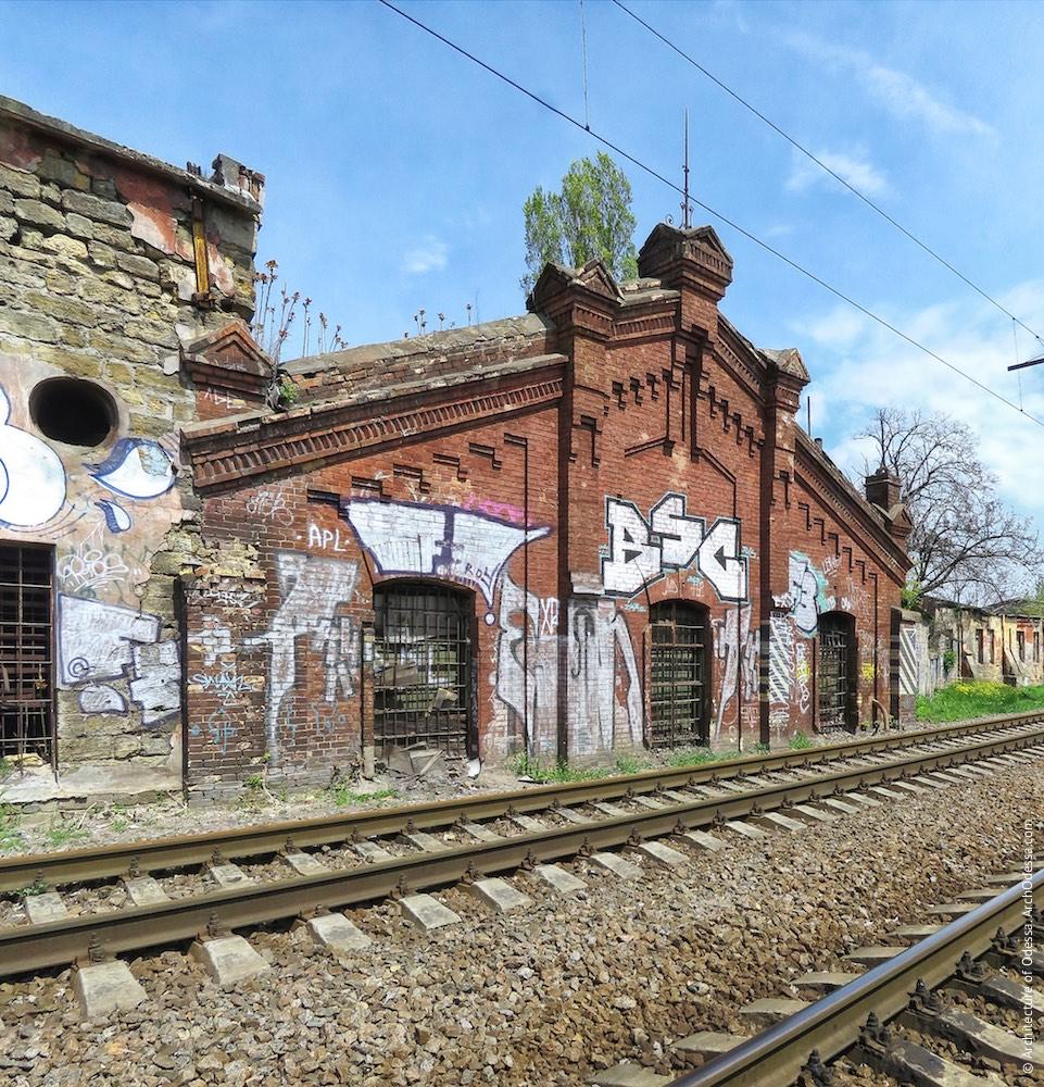 Цегляна будівля на повороті колії до станції Одеса–Мала, загальний вигляд