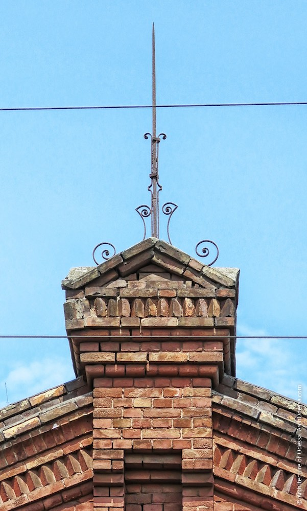 Цегляна будівля на повороті колії до станції Одеса–Мала, кований елемент, що увінчує центральну частину чолового фасаду