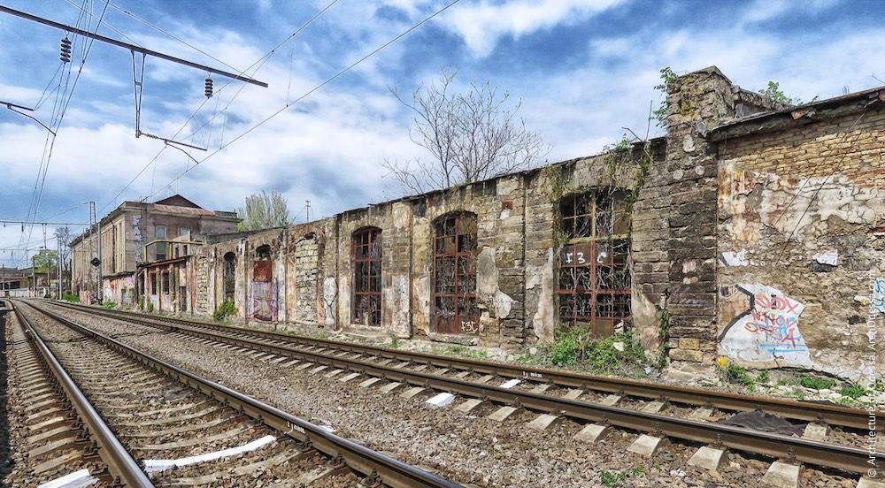 Найближча до заводоуправління будова, чоловий фасад