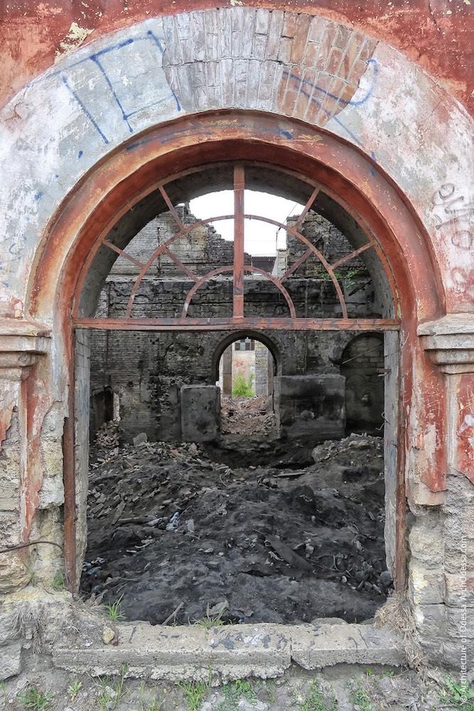 Головні корпуси ковальсько-ливарних майстерень, правобічний корпус, одне з вікон першого поверху