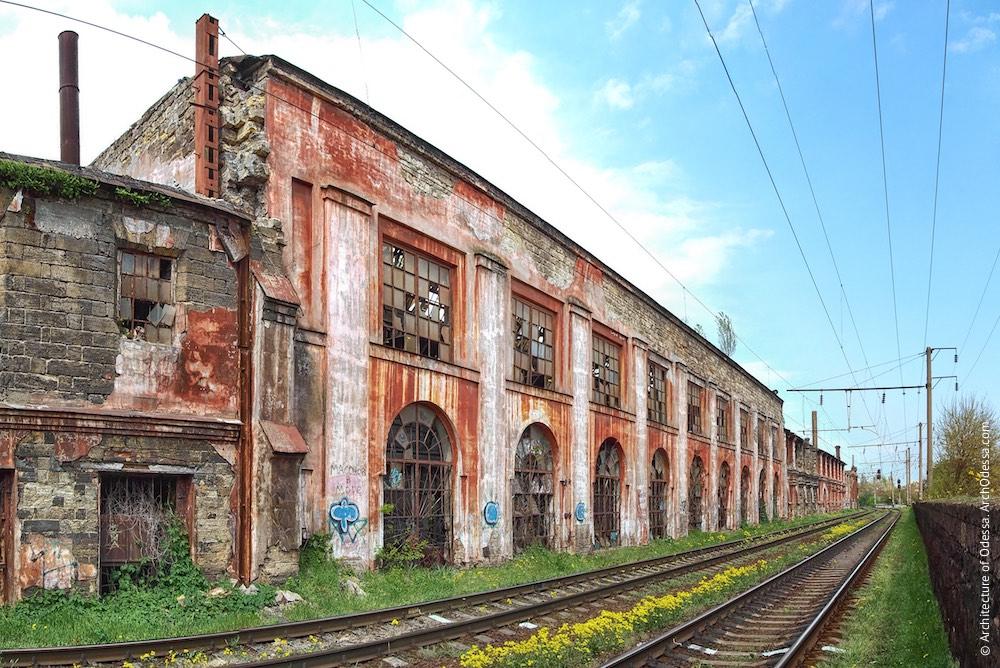 Головні корпуси ковальсько-ливарних майстерень, загальний вигляд лівобічного корпусу (ймовірно, збудований у 1930-х рр. з дотриманням стилю будівлі праворуч).