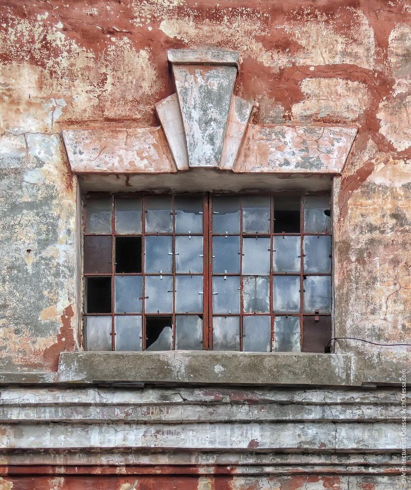 Одне з вікон надбудованої частини цеху (другий ярус)