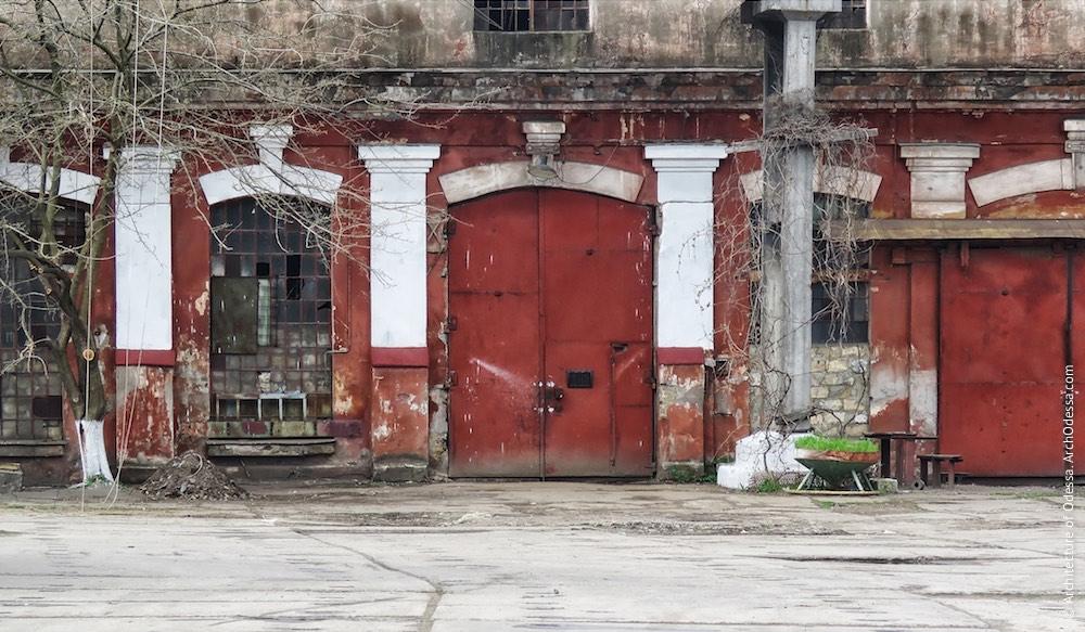 Портал проїзду в один з цехів і світлові вікна