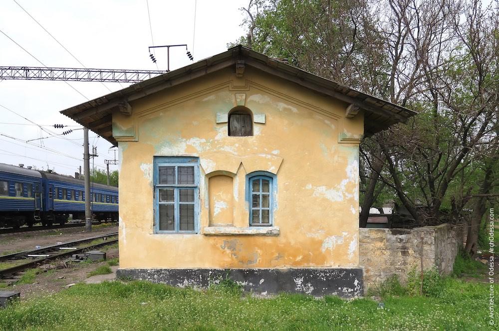 Домик-сторожка у переезда улицы Чернышевского, общий вид