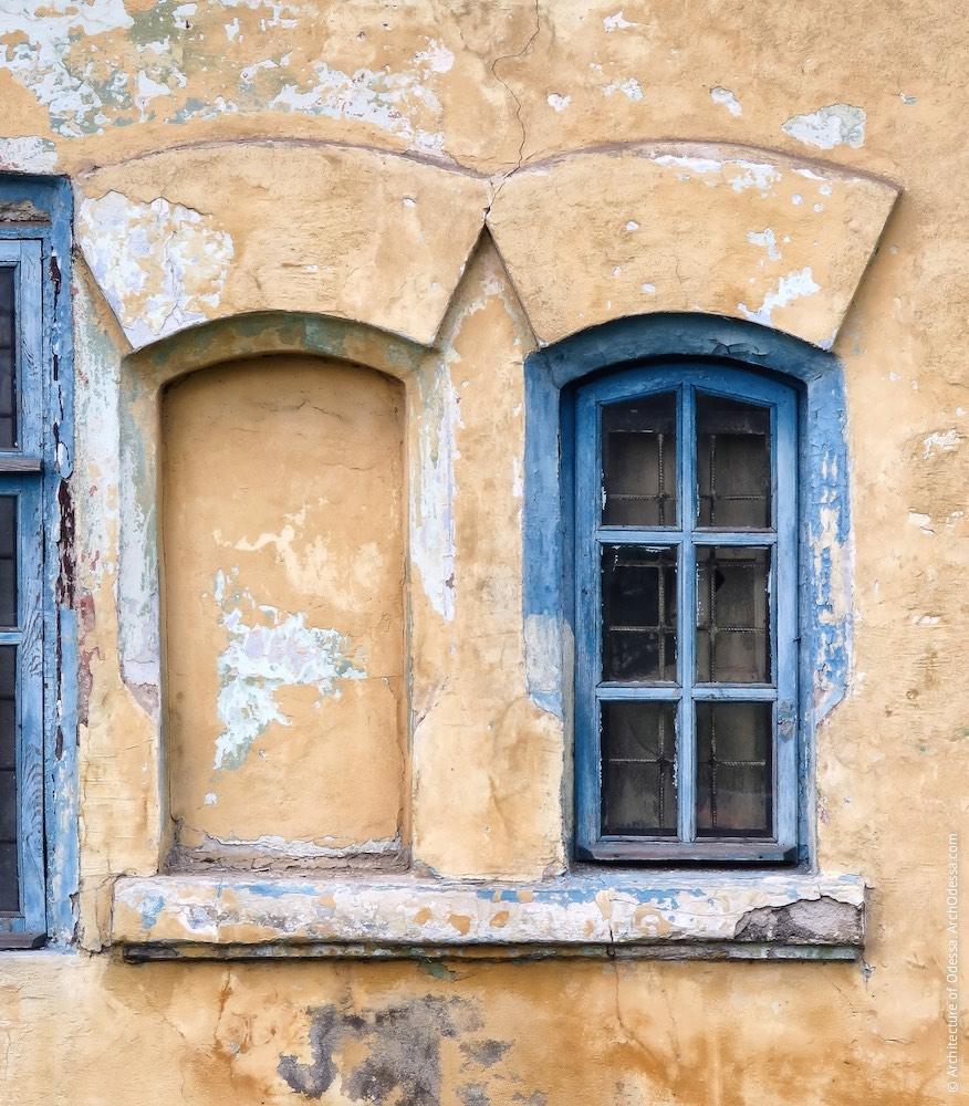 Домик-сторожка у переезда улицы Чернышевского, окна с веерными сандриками