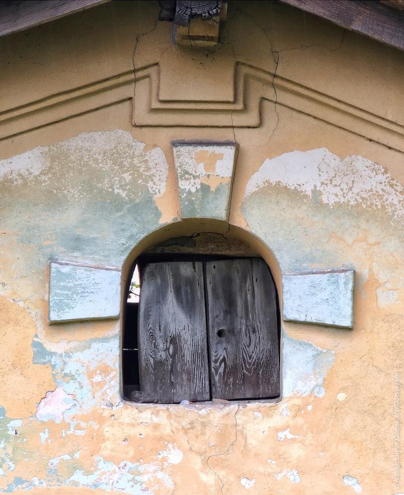 Домик-сторожка у переезда улицы Чернышевского, слуховое окно
